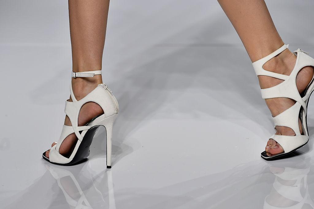 de3a44b62cd Το πιο εντυπωσιακό λευκό πέδιλο ξεχώρισε στην επίδειξη του οίκου Versace,  με μοναδικό σχέδιο με τρύπες σε όλο το πέλμα.