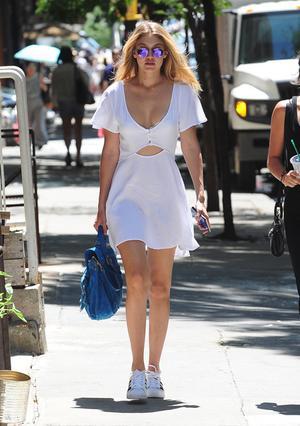 Sneackers+φόρεμα: ο αγαπημένος συνδυασμός των σταρ!