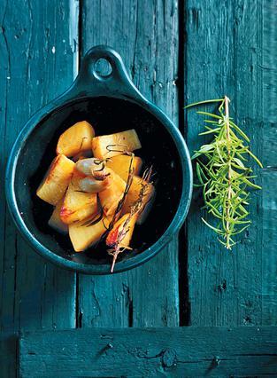 Σκορδάτες πατάτες με δεντρολίβανο