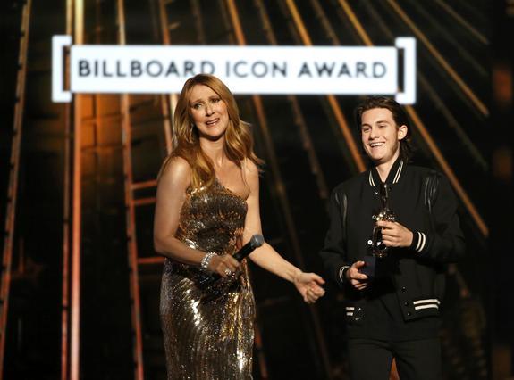 Σελίν Ντιόν:  Λύγισε  επί σκηνής μόλις είδε τον γιο της [vds]