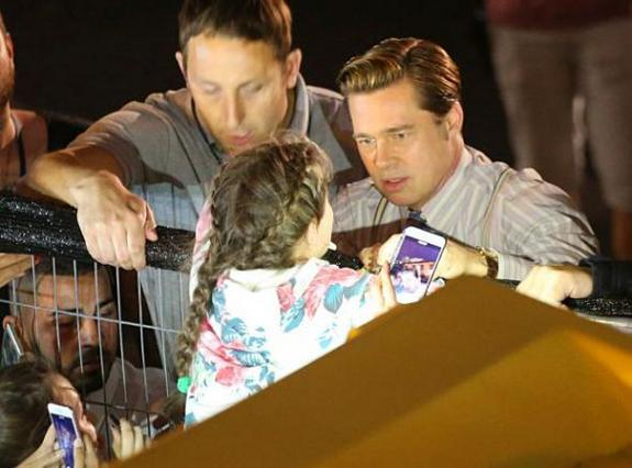 Ήρωας ο Μπραντ Πιτ σώζει κοριτσάκι πριν το... λιώσει το πλήθος [vds]