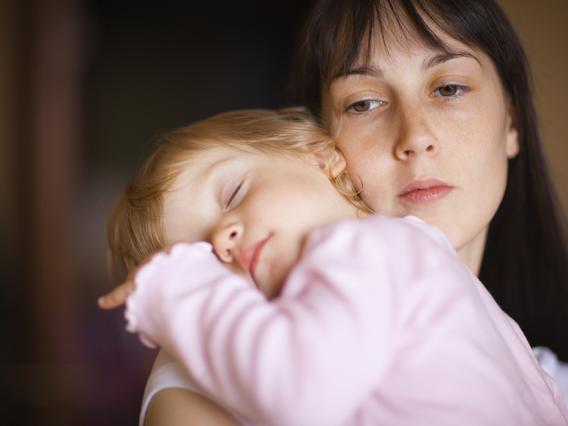 Πώς είναι να μεγαλώνεις μόνη ένα παιδί;