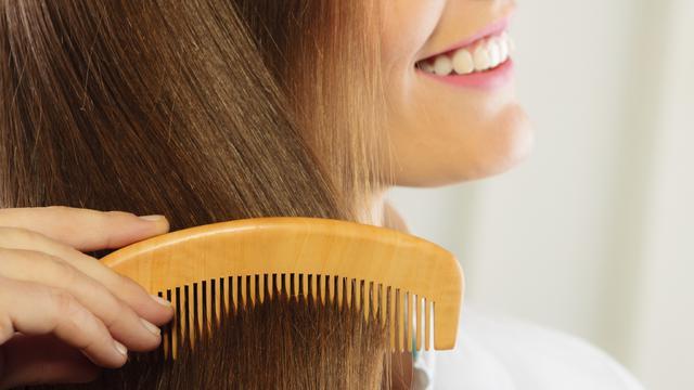 Χτένισμα vs βούρτισμα μαλλιών: όσα που πρέπει να ξέρεις