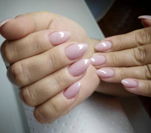 Νύχια σε στιλ αμύγδαλο: Αυτά τα χρώματα θα τα αναδείξουν τέλεια!