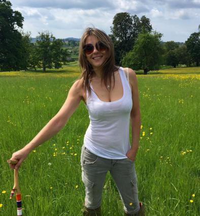 Τόπλες στο γρασίδι η 50χρονη Λιζ Χάρλεϊ [photo]