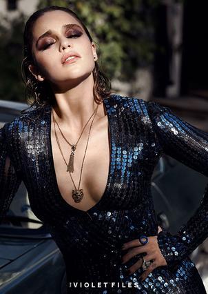 Αγνώριστη η  Καλίσι  Εμίλια Κλαρκ σε σέξι, τόπλες πόζα [photo]