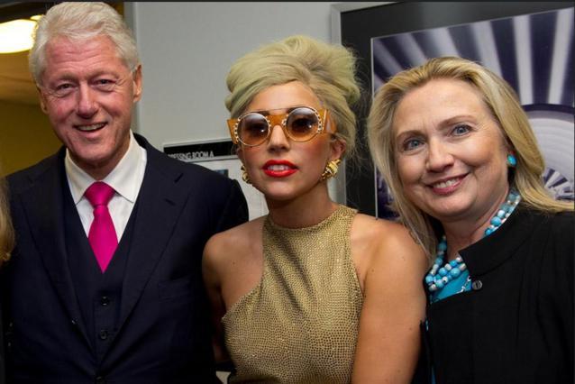 Η Lady Gaga στηρίζει Χίλαρι Κλίντον με νόημα και...  μαγιό [photo]