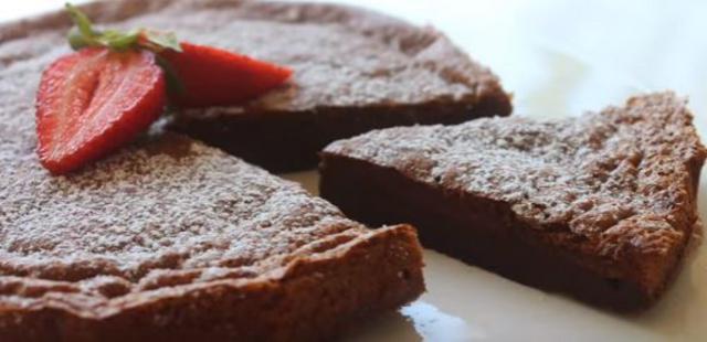Ζουμερό κέικ πραλίνας με μόλις 2 υλικά! [Η συνταγή & vds]