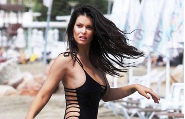 «Καυτή» Μαρία Κορινθίου με μπικίνι κόβει την ανάσα στην παραλία [photos]