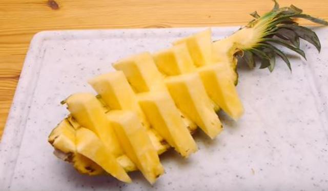 Πώς να κόψεις & να σερβίρεις τον ανανά: Θυμίζει τζένγκα!