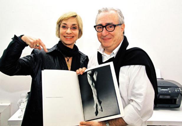 Σε λευκό φόντο δύο υπέροχα πόδια, με την... κάτοχό τους Μαρία Μηλιοπούλου και το φωτογράφο τους Τάκη Διαμαντόπουλο