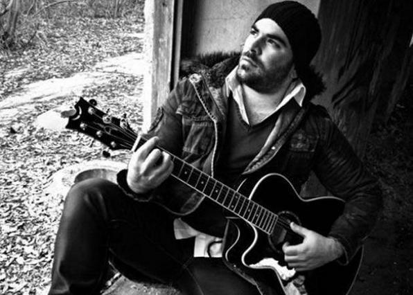 Ο Παντελίδης ερμηνεύει το νέο του τραγούδι πριν το θάνατό του [vds]