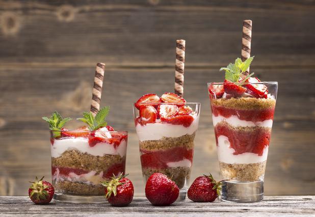 6 δροσιστικά καλοκαιρινά γλυκά με φράουλες
