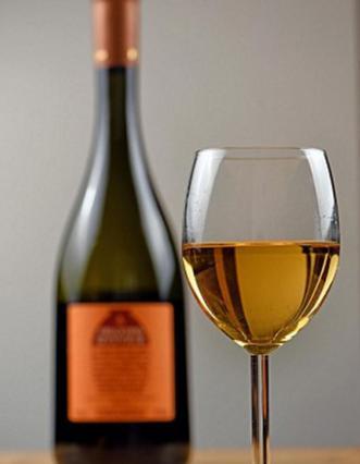 Μετά το μπλε, τώρα και πορτοκαλί κρασί! Το νέο τρεντ του καλοκαιριού θέλει χρώμα