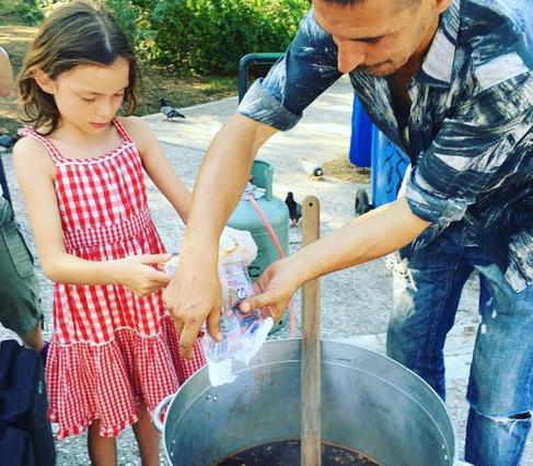 Κόρη ελληνίδας παρουσιάστριας μαγειρεύει για τους άστεγους [photos]