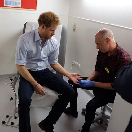 Ο πρίγκιπας Χάρι κάνει τεστ για AIDS δημοσίως [vds]