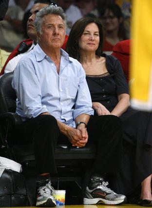 Ο Ντάστιν Χόφμαν με τη γυναίκα του ανάμεσα στους θεατές.
