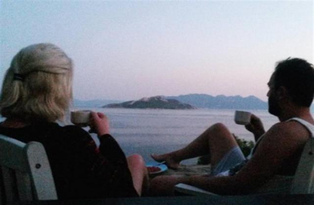 Με ποιον ατενίζει τη θάλασσα η Ρούλα Κορομηλά;