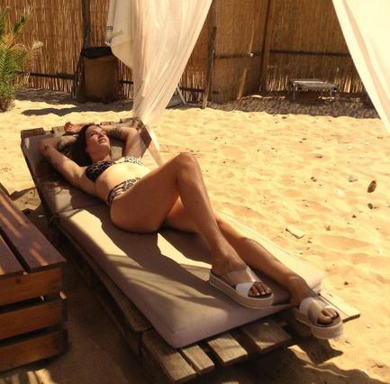 Εύα Λάσκαρη: Σέξι πόζες με λεοπάρ μαγιό στην Άνδρο [Photos]