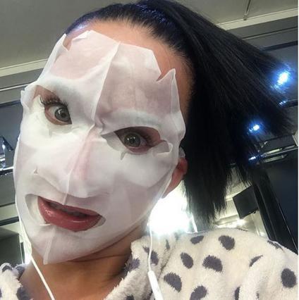 Τρομάξαμε! Ποιά διάσημη κρύβεται πίσω από αυτή τη μάσκα;