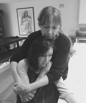Ξύρισε το κεφάλι: Συγκινεί η Σάνεν Ντόχερτι στη μάχη κατά του καρκίνου! [photos]