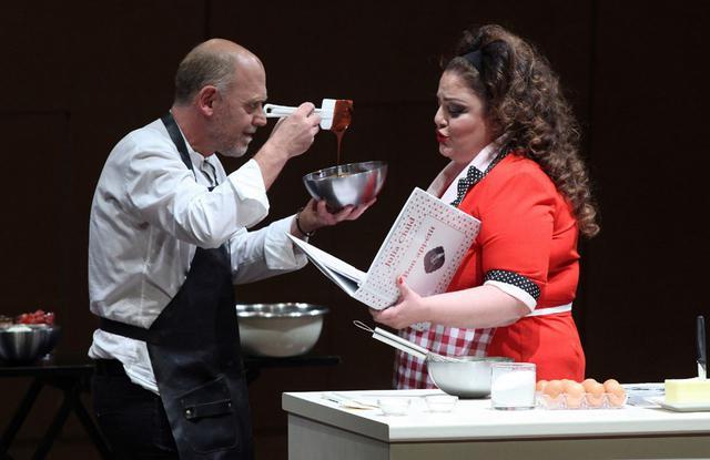 Ο Στέλιος Παρλιάρος σε μια σοκολατένια όπερα σκέτη απόλαυση: Bon appetit!