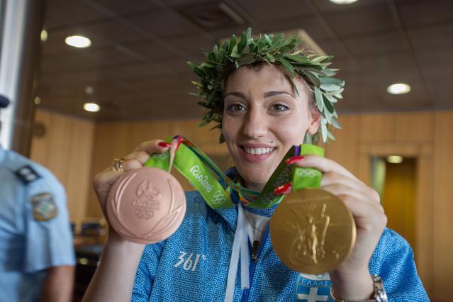 Ποια διάσημη τραγουδίστρια πόζαρε με το χρυσό μετάλλιο της Κορακάκη;
