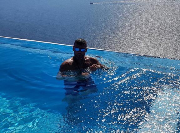 Βρες ποιος είναι ο διάσημος- φέτες που βούτηξε στην πισίνα [photo]