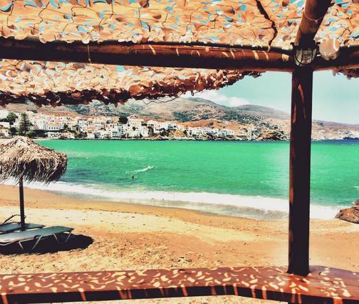 Ποιος γοητευτικός Έλληνας παρουσιαστής σερβίρει σάντουιτς στην παραλία [photo]