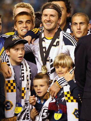 Ο Ντέιβιντ Μπέκαμ πανηγυρίζει το κύπελο που κατέκτησε με την όμάδα του, μαζί με τους γιους του, Μπρούκλιν, Ρόμεο και Κρουζ.