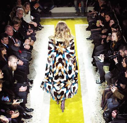 "<p>Πολλά σχέδια και χρώματα ""μπλέκονται"" μαζί τη νέα σεζόν για να δημιουργήσουν σούπερ μακριά παλτό έργα τέχνης όπως είδαμε στις πασαρέλες του Cavalli.</p>"