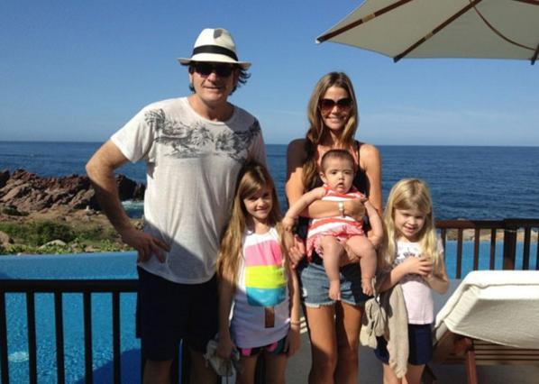 Δες πόσο έχουν μεγαλώσει οι κόρες του Τσάρλι Σιν [photo]