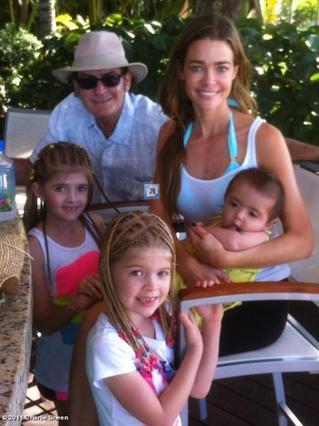 Ο Τσάρλι Σιν με την πρώην σύζυγο Ντενίζ Ρίτσαρντς και τα παιδιά της. Τα δύο μεγάλα είναι του ηθοποιού, το τρίτο υιοθετημένο πρόσφατα.