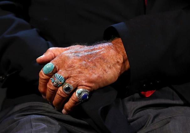 Ο Ζαν Πολ Μπελμοντό υποβασταζόμενος από τη Σοφί Μαρσό στη Βενετία [photos]