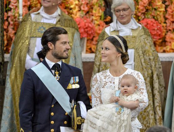 Σε ζωντανή σύνδεση η βάπτιση του μικρού πρίγκιπα στη Σουηδία [photos]