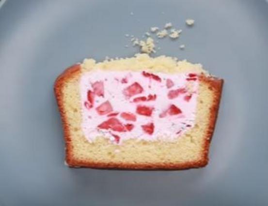 Έξυπνη & πανεύκολη ιδέα για κέικ με γέμιση κρέμα-φράουλα