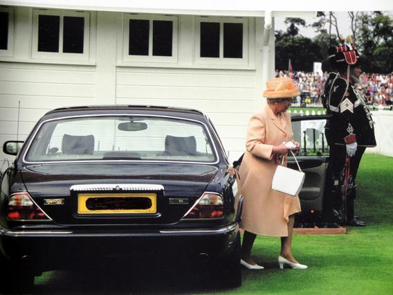 Η Βασίλισσα Ελισάβετ έγινε σοφερίνα για τους Μίντλετον