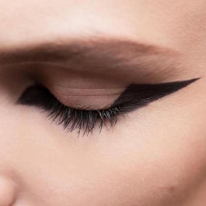 <p>Στα σόου του οίκου Dior το μολύβι των ματιών δημιούργησε ένα εντυπωσιακό γατίσιο βλέμμα με την γραμμή να τραβιέται πολύ προς τα έξω.</p>  <p></p>