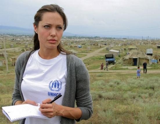 Η Αντζελίνα Τζολί σε παλιότερη επίσκεψή της σε στρατόπεδο του Κοσόβου.