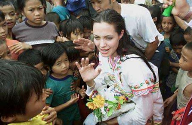 Η Αντζελίνα Τζολί σε προηγούμενη επίσκεψη της σε στρατόπεδο προσφύγων της Μπούρμα.