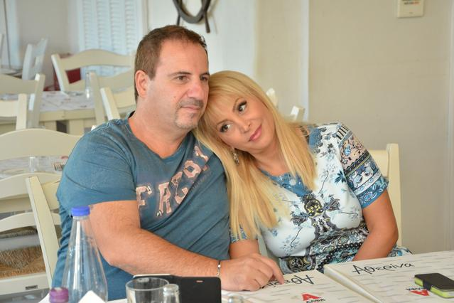 Τέτα Καμπουρέλη: Σε ιδιαίτερα τρυφερές πόζες με το σύζυγό της [photos]