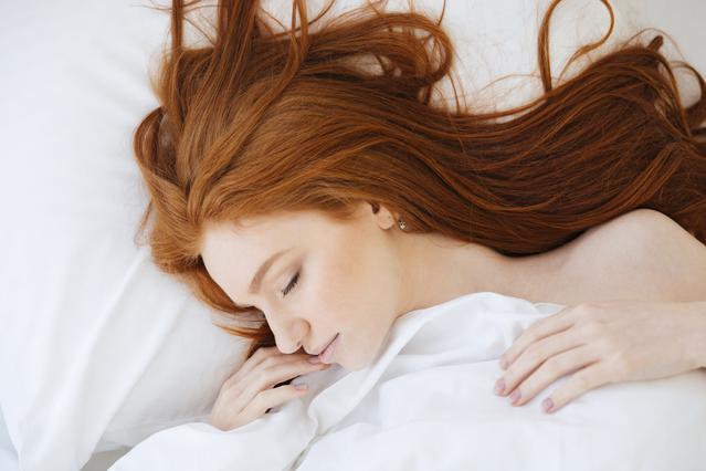 4 θαυματουργά νυχτερινά μυστικά περιποίησης για τα μαλλιά & το σώμα σου