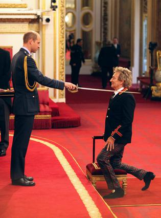 Ο πρίγκιπας Γουίλιαμ έχρισε ιππότη τον Ροντ Στιούαρτ [photos]