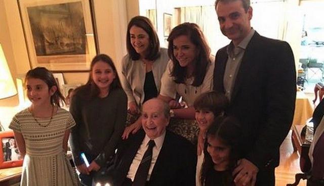 Επική τούρτα γενεθλίων για τον 98χρονο Κωνσταντίνο Μητσοτάκη [photo]