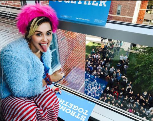 Μάιλι Σάιρους: Σκύβει βαθιά και στέλνει πολιτικό μήνυμα [photo]