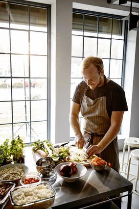 O food editor Τάσος Αντωνίου μαγειρεύει στα ΙΚΕΑ: Ετοιμάζει μαζί μας εύκολο μενού σε 30 λεπτά!