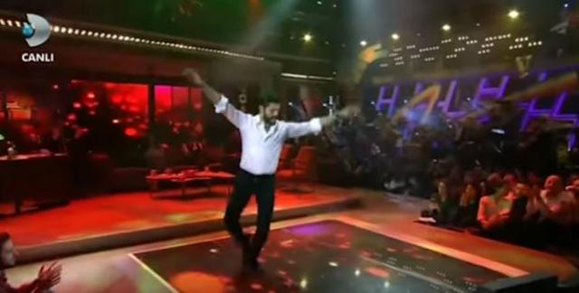 Ο Κεμάλ του «Καρά Σεβντά» χορεύει ζειμπέκικο! Δες το βίντεο που έγινε viral