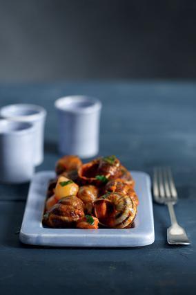 Σαλιγκάρια με ξιδάτο λουκάνικο και τηγανητούς βολβούς