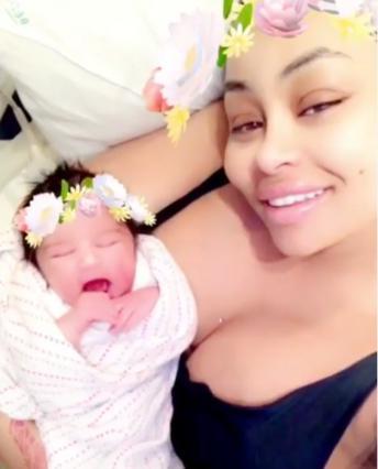 Μπλακ Τσάινα: Θηλάζει δημοσίως τη νεογέννητη κόρη της και διχάζει [photos]
