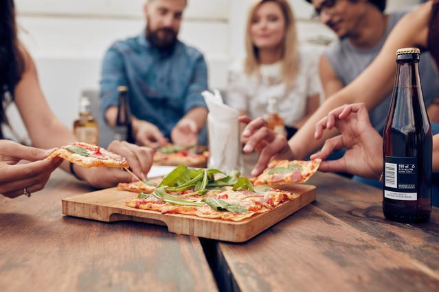 Έρευνα: Όσο πιο συχνά τρως με φίλους τόσο πιο ευτυχισμένη είσαι